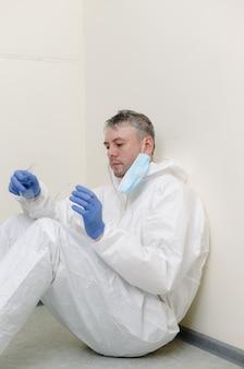 La pandemia di coronavirus. un medico stanco ed esausto lotta con il coronavirus in una clinica ospedaliera
