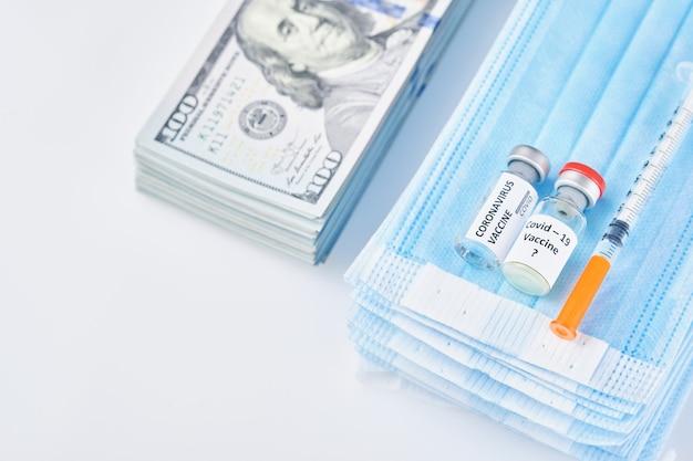 Maschera protettiva medica del vaccino di prevenzione del coronavirus, soldi e guanti monouso isolati su fondo bianco. maschera chirurgica usa e getta per coprire bocca e naso. quarantena coronavirus sanitaria