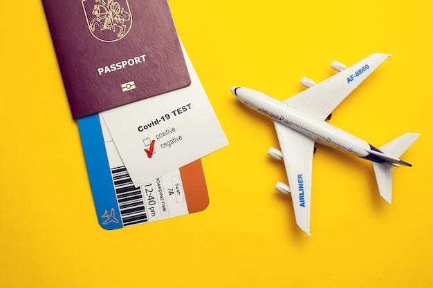 Coronavirus e concetto di viaggio di sicurezza, test covid-19 con marchio
