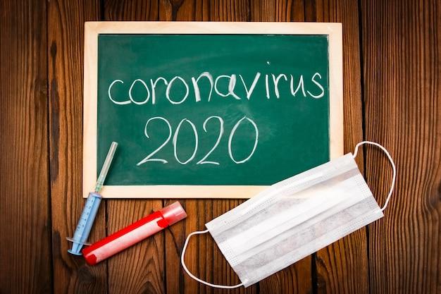 Campione di coronavirus con una compressa su uno sfondo di tavolo in legno. epidemia di inquinamento atmosferico in cina