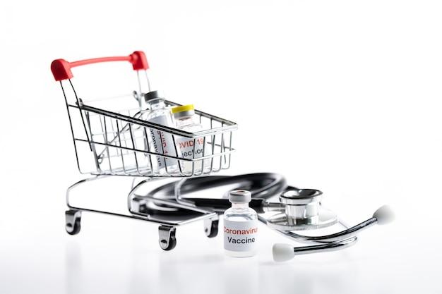 Iniezione di vaccino contro il coronavirus nel carrello degli acquisti online