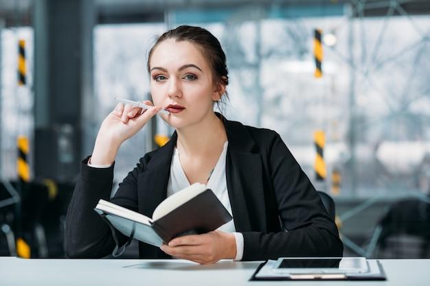 Ritratto di dirigente aziendale. la pianificazione aziendale conta. gestore premuroso con pianificatore di giorno sul posto di lavoro.