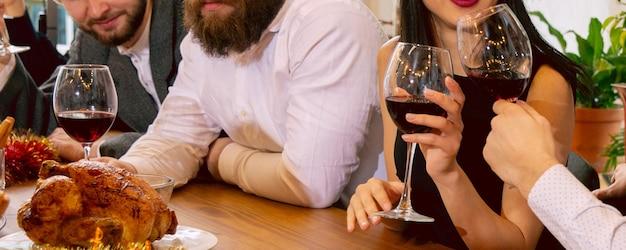 Aziendale. mani di amici, colleghi mentre bevono birra, si divertono, tintinnano bottiglie, bicchieri insieme.