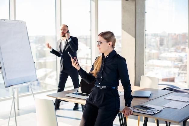 Riunioni aziendali, organizzazioni di team aziendali e piani di investimento per lavorare con un nuovo progetto di avvio con accessori per grafici, grafici e business sul posto di lavoro.