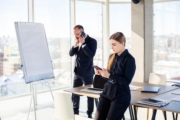 Riunioni aziendali, organizzazioni di team aziendali e piani di investimento per lavorare con un nuovo progetto di avvio con accessori per grafici, grafici e business sul posto di lavoro. Foto Premium