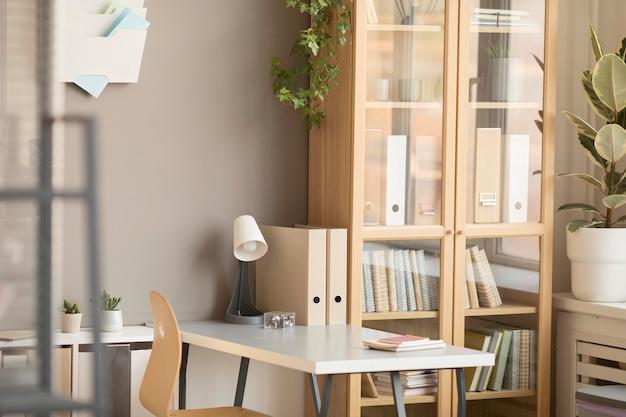 Ufficio aziendale con scrivania