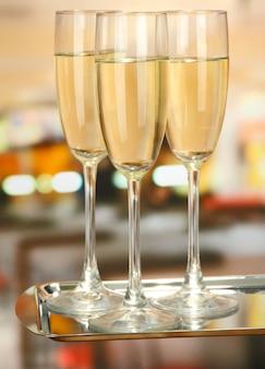 Festa aziendale: bicchieri di champagne frizzante sul vassoio