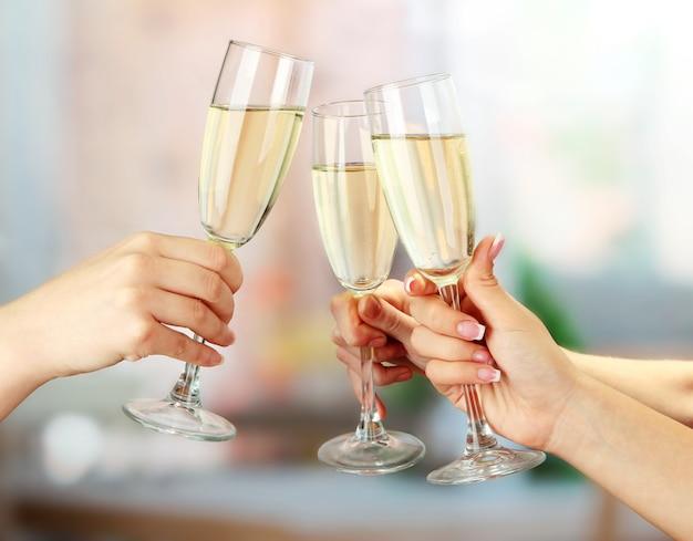 Bicchieri di champagne frizzante per feste aziendali