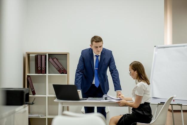 Strategia aziendale. consulente legale. dipartimento finanziario. segretaria d'ufficio.