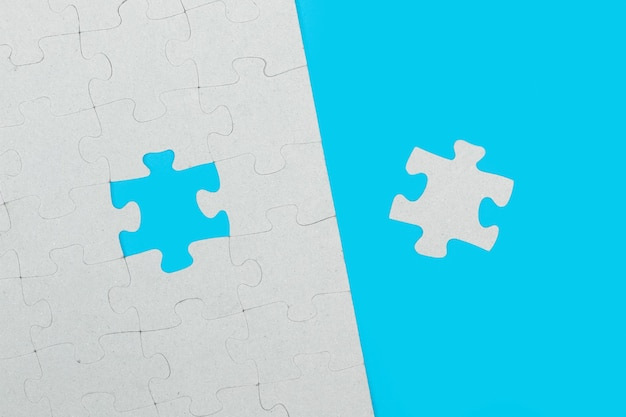 Il pezzo di puzzle mancante corretto su uno sfondo azzurro in una vista dall'alto