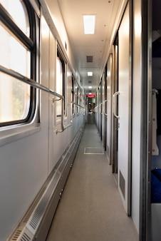 Corridoio nel vagone letto del treno