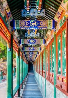 Corridoio nel palazzo d'estate a pechino, cina