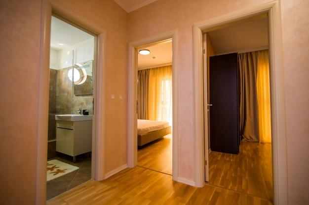 Corridoio con gli ingressi alle camere da letto e al bagno