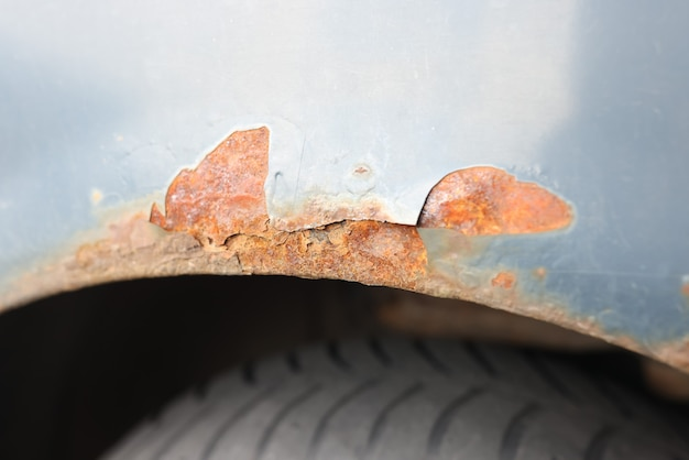 Corrosione del metallo sul primo piano della carrozzeria