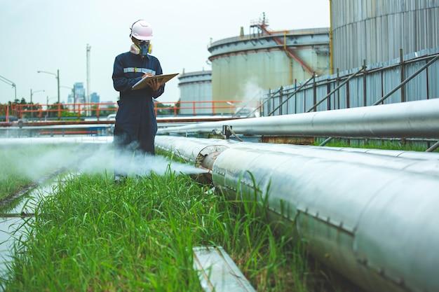 Ruggine da corrosione attraverso la tubazione di fuga di gas di vapore del tubo dell'incavo all'isolamento, olio e gas della conduttura visiva di ispezione del lavoratore record maschio