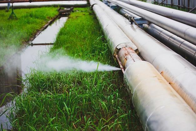 Corrosione arrugginita attraverso la conduttura della perdita di gas del vapore del tubo della presa all'isolamento