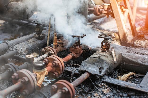 Corrosione arrugginita attraverso la conduttura della perdita di gas del vapore del tubo della valvola all'isolamento