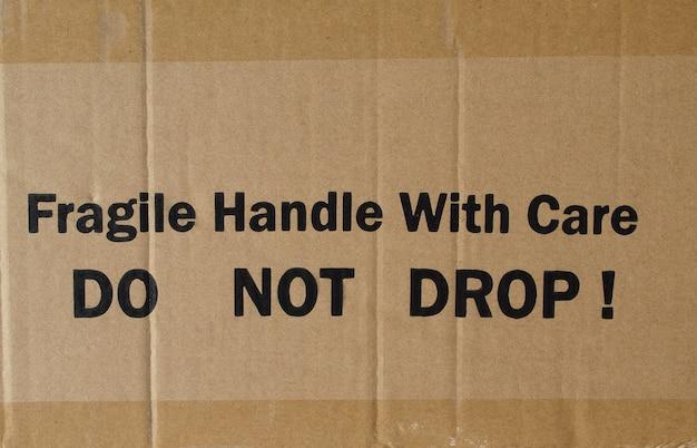 Cartone ondulato con etichetta fragile