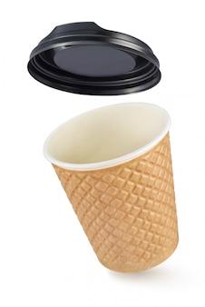 La tazza ondulata del caffè del cartone di fibra elimina isolato sulla parete bianca