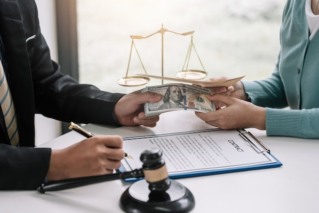 Corruzione. gli uomini d'affari fanno un accordo fanno un'offerta con i soldi. concetto di corruzione frode illegale.