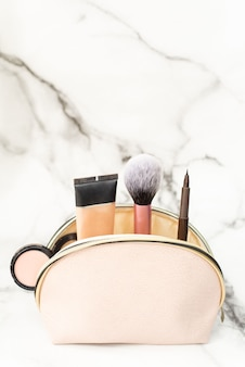 Borsa cosmetica con prodotti per il trucco