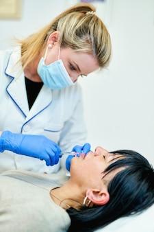 Iniezione cosmetica di botox nel volto femminile