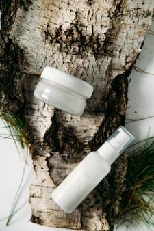 Flaconi per cosmetici su sfondo chiaro