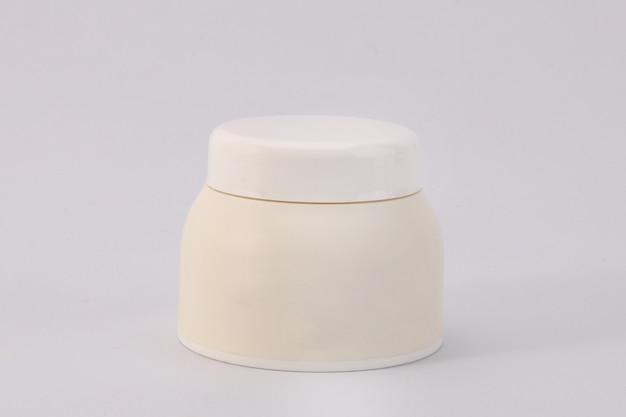 Contenitore cosmetico isolato su sfondo bianco