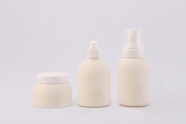 Contenitori cosmetici isolati su sfondo bianco