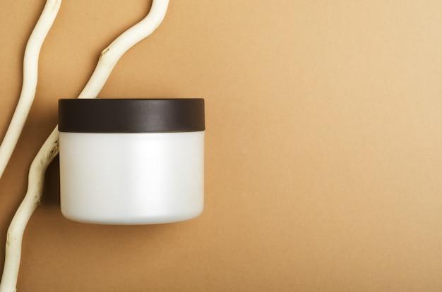 Crema cosmetica, mockup di barattolo di balsamo su fondo beige.