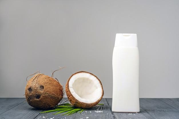 Flacone per cosmetici e crema con cocco aperto
