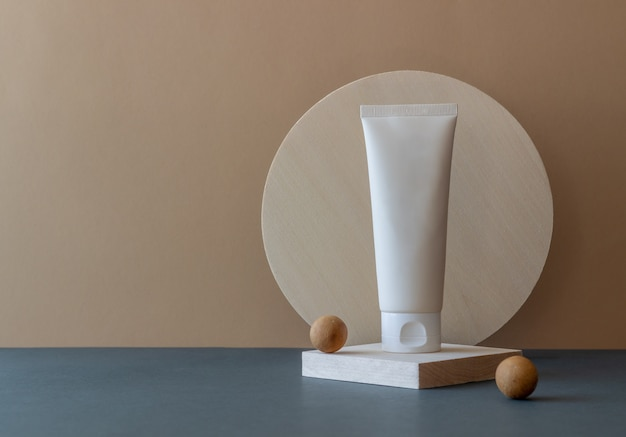 Crema cosmetica in un tubo. cosmetici naturali. cura della pelle.
