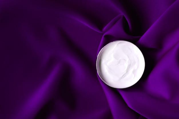 Concetto di cura del viso cosmetico. crema idratante di lusso per pelli sensibili, cosmetici spa e prodotti naturali per la cura della pelle.