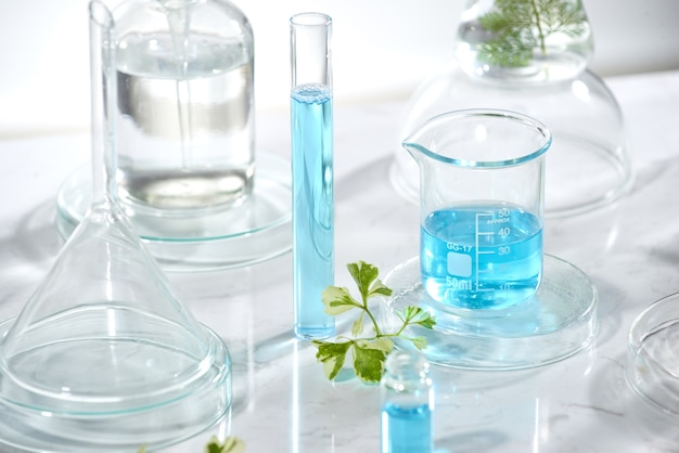 Ricerca e sviluppo di laboratori cosmetici. science bio crema per la cura della pelle prodotto siero con foglie. concetto di cosmetici di bellezza biologica naturale. cosmetologia.
