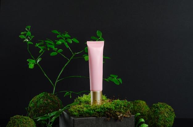 Tubo per lozione cosmetica con vegetazione