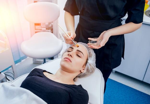 Medicina estetica. dispositivi medici per mesoterapia. sfondo chiaro.