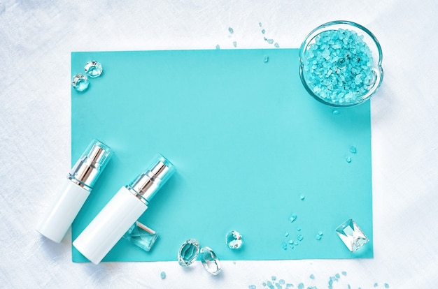 Cosmetico mock up bottiglie bianche. spazio della copia vista dall'alto piatto laico. concetto di prodotto di bellezza per la cura della pelle naturale.