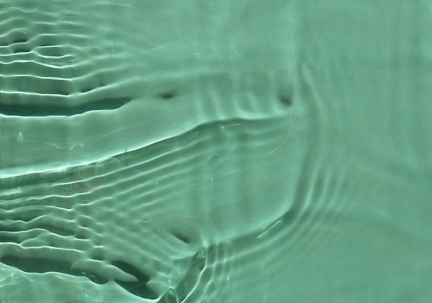 Crema idratante cosmetica verde acqua. texture superficiale con schizzi e bolle