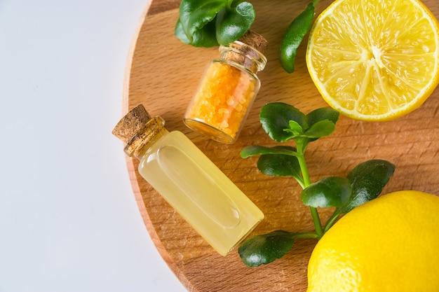 Olio cosmetico di limone su bianco