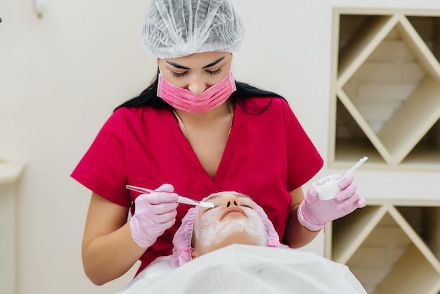 Procedura cosmetica per ringiovanire la pelle e rimuovere le rughe per una giovane e bella ragazza. cosmetologia.