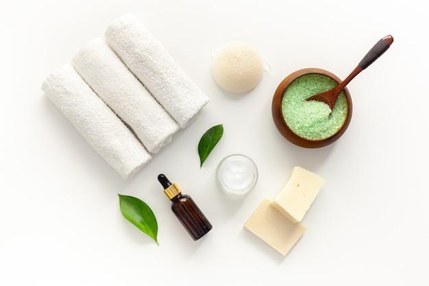 Prodotto cosmetico con olio essenziale di melaleuca. foglie fresche di tea tree, sale e olio