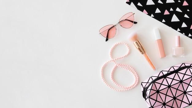 Prodotti cosmetici con occhiali da sole