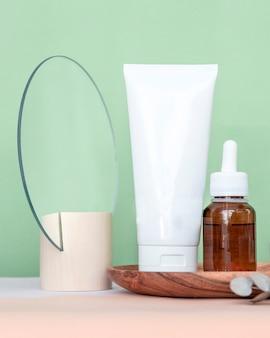 Crema cosmetica per la cura della pelle e bottiglia di olio essenziale per comporre varie fragranze di profumo su ingredienti naturali. cosmetici ecologici.