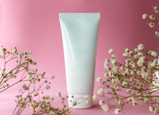Prodotto cosmetico per la cura della pelle confezione in plastica bianca senza marchio lozione balsamo crema mani dentifricio mockup