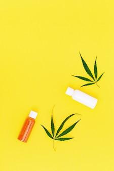 Cosmetici a base di cannabis, vasetto con crema o gel per il corpo e foglie naturali di cannabis