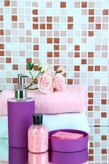 Cosmetici e accessori da bagno su tessere di mosaico