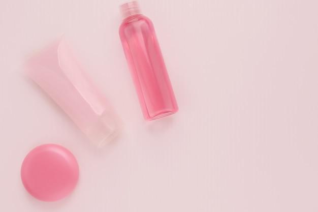 Cosmetici per la bellezza e la cura della pelle, trucco. tonico detergente, crema idratante e nutriente con collagene e effetto lifting, balsamo labbra su sfondo rosa
