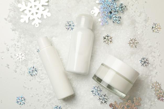 Cosmetici isolati con neve decorativa
