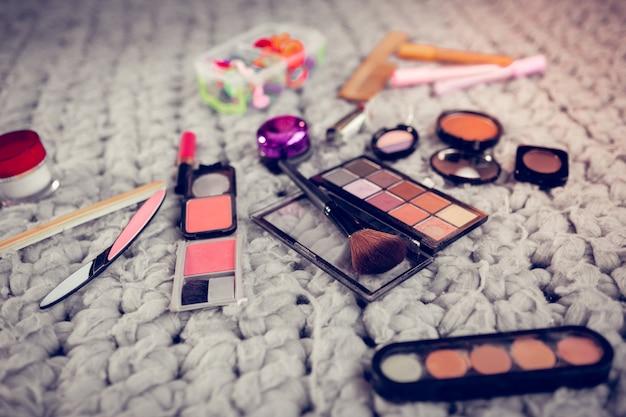 Articoli cosmetici. primo piano di diversi articoli cosmetici per le donne sdraiate sul pavimento