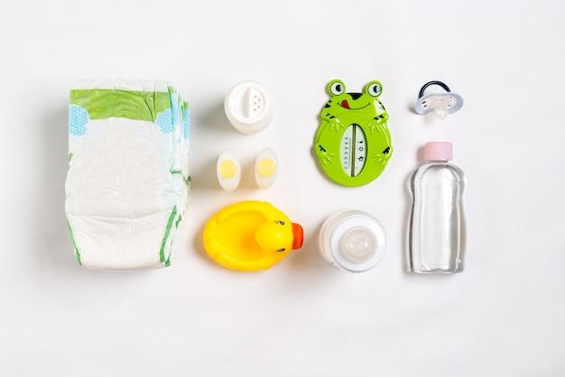 Cosmetici per neonati su uno sfondo bianco vista dall'alto